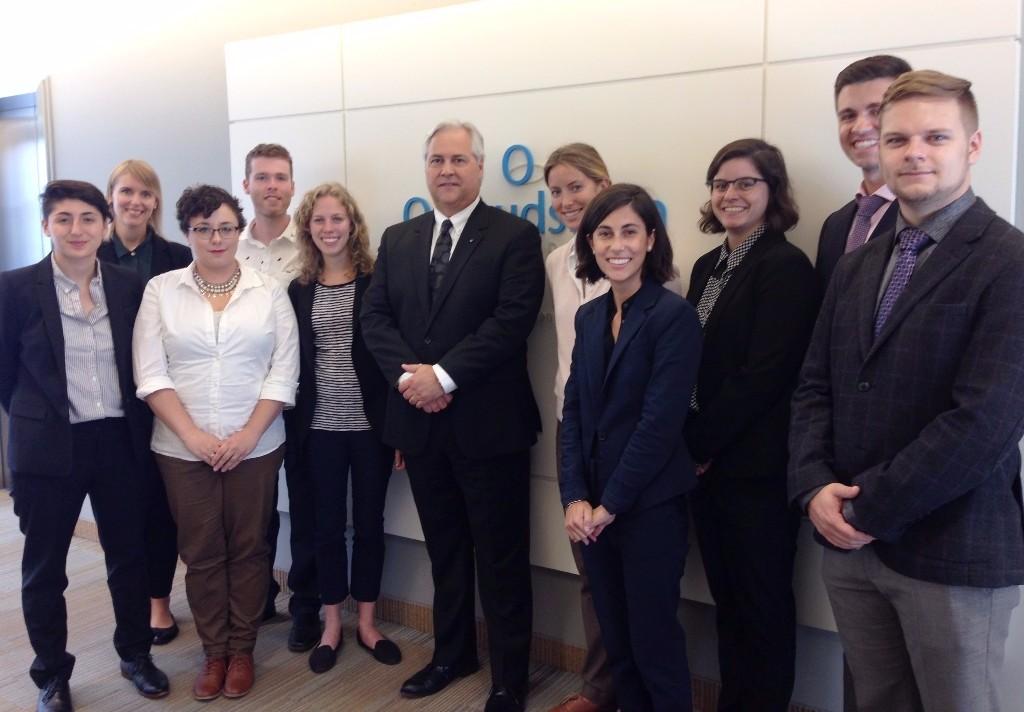 Photo de l'Ombudsman avec les stagiaires