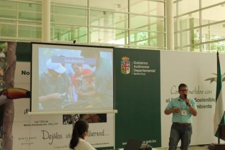 El MVS Luis Morales dando una presentación sobre esterilizaciones en grandes felinos