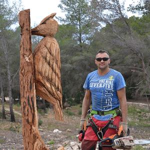Werk van  Miguel Angel Miguel García. Afgebrande bomen worden beelden.