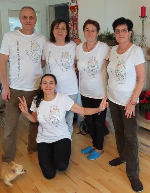 De familie van Peter poseert met hun Lorm t-shirt