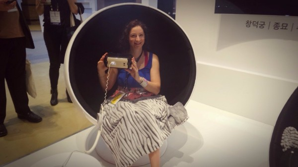 Photograph of Lydia Loriente trying out virtual reality googles at the Congress trade exhibition