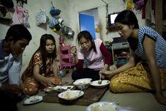 kambodžské dělnice při večeři