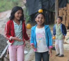 děti s mandarinkami