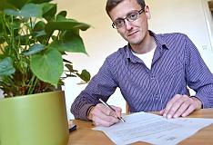 Tomáš Bílý z NaZemi podepisuje vstup do CCC