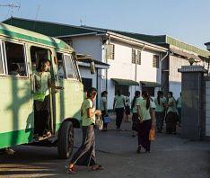 Dělnice před továrnou v Myanmaru