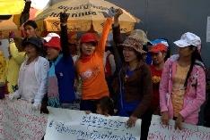 Protestující dělníci před továrnou E-Garment v Kambodži
