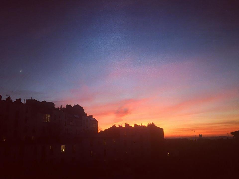 l'Inspiration pour démarrer l'année :  le ciel bleu, lalune et coucher de soleil en toutes de couleurs ! ❤️💛💚💙💜 à l'horizon à Septièmeciel Yoga | Paris Montmartre