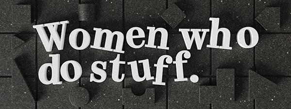 """Les lettres """"Women who do stuff"""" apparaissent un peu tordues, en 3D, blanches, sur des plots carrés et gris-noirs"""