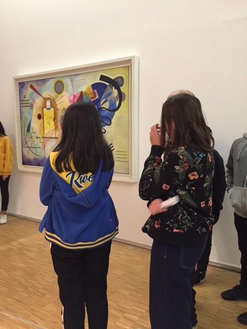 élèves dans un musée