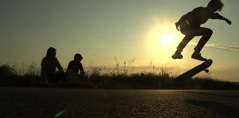 adolescents faisant du skate