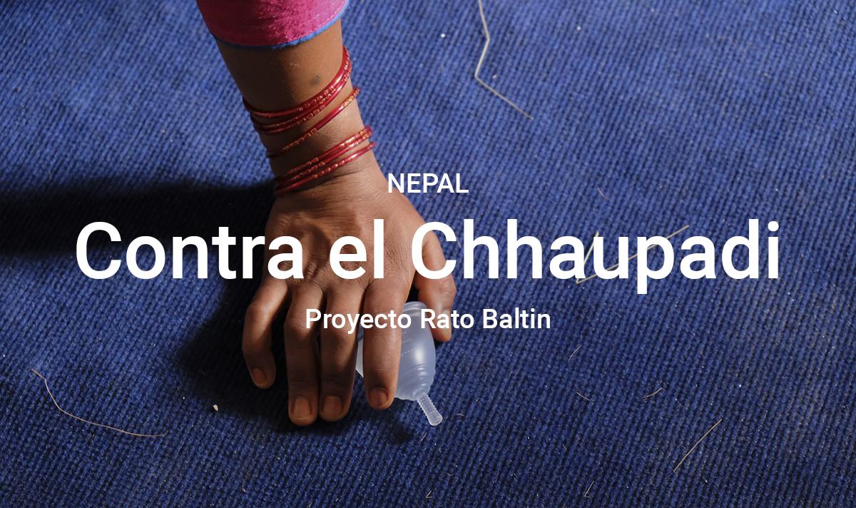 imagen de mano de niña con copa menstrual en la mano