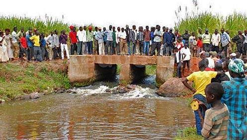 A crowd gathers where the body of pastor Bongo Martin was thrown into a river in eastern Uganda. (Morning Star News)