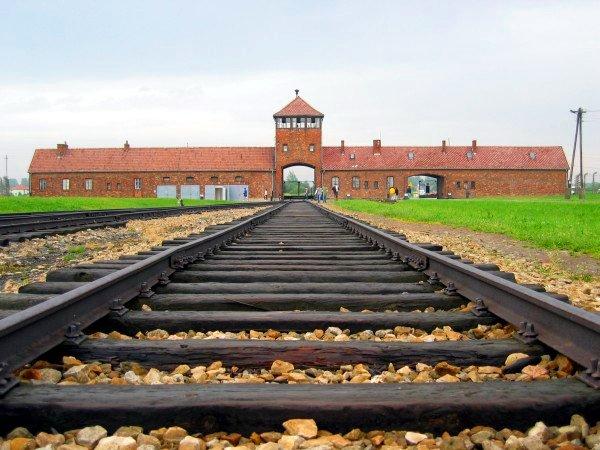Auschwitz-Birkenau, main track. (C. Puisney, Wikipedia)