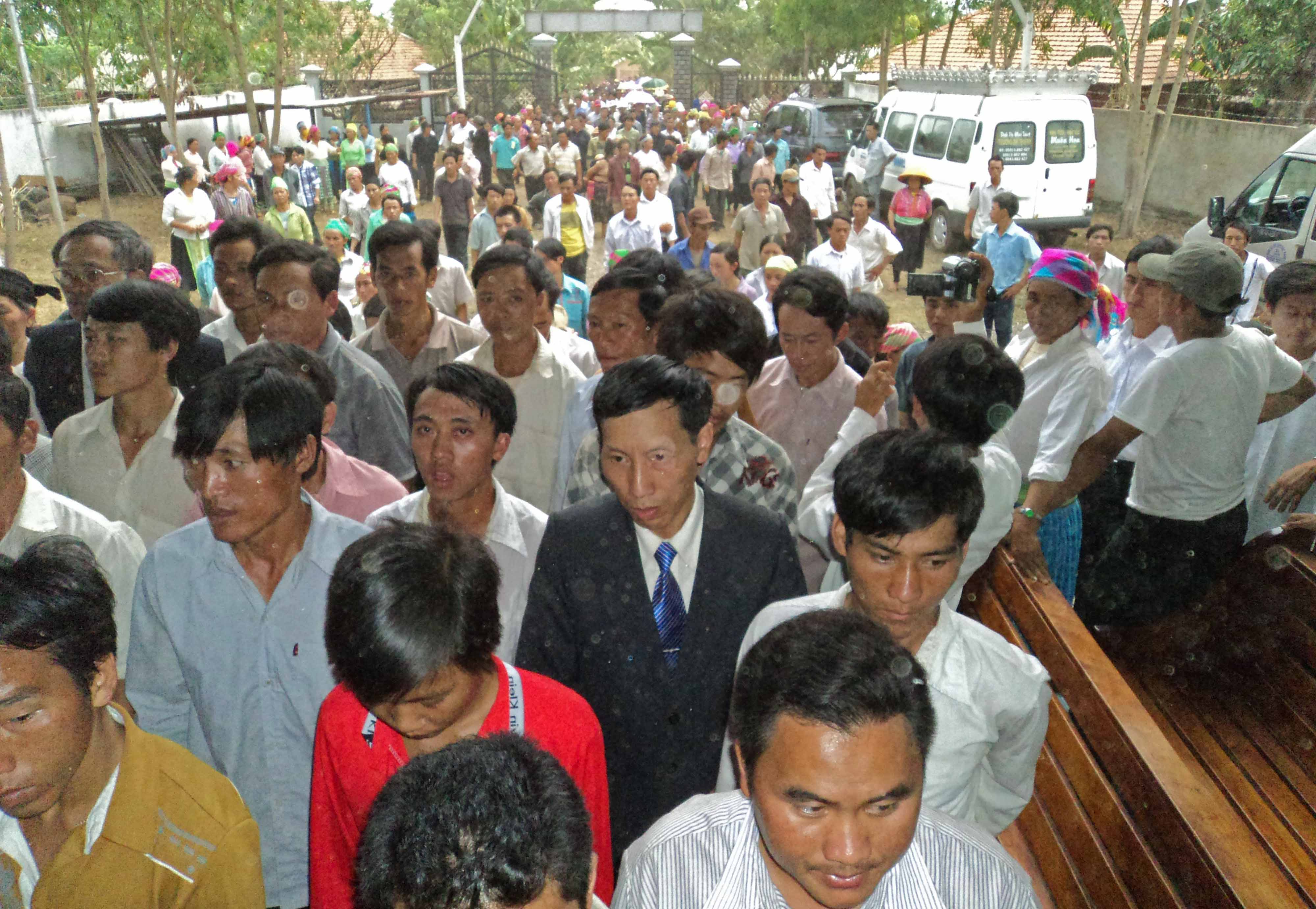 Hundreds of mourners stream into funeral service for Hoang Van Ngai.
