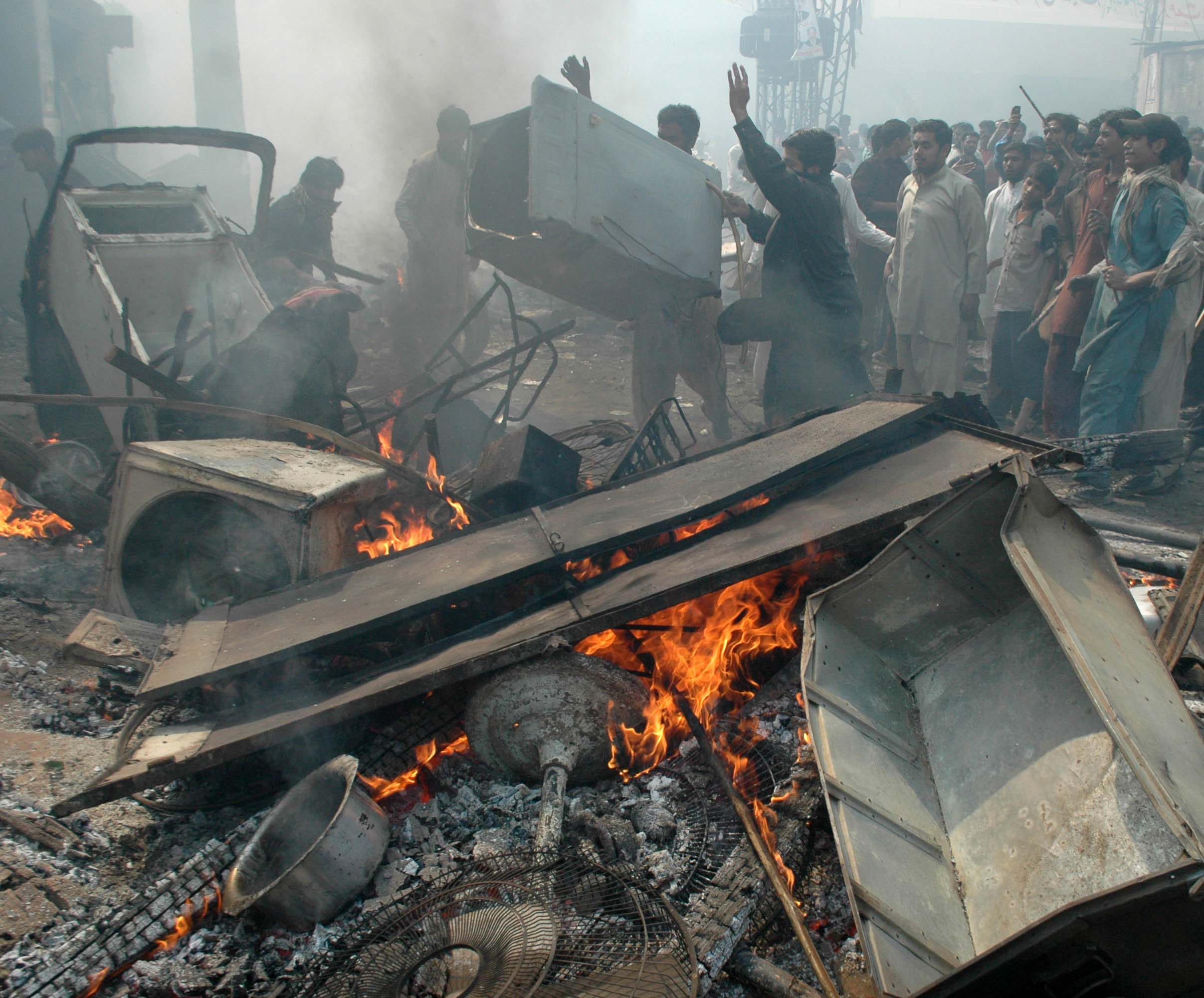Muslim mobs attack a Christian area of Lahore after blasphemy allegation. (Photo by M. Ali)