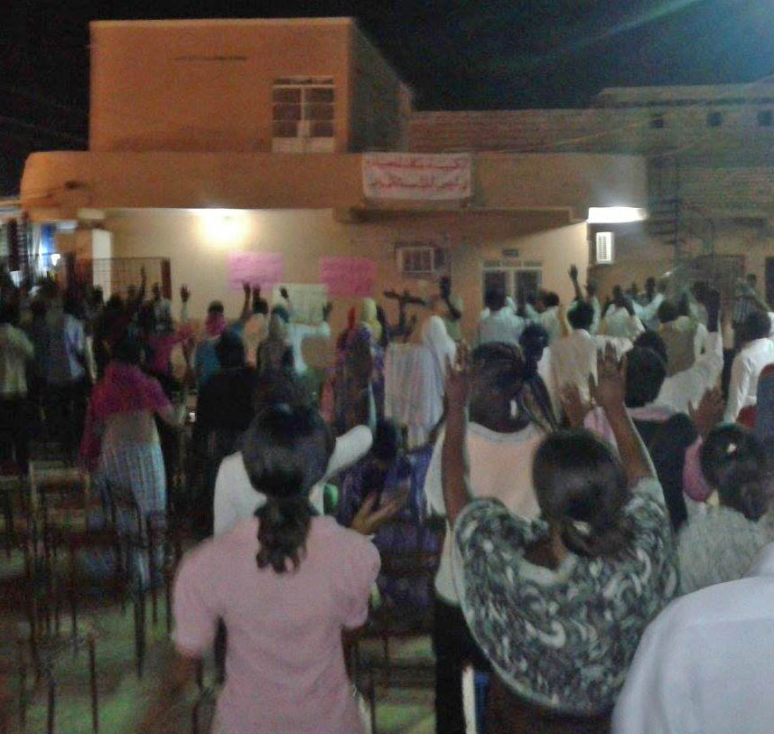 Members of Khartoum Bahri Evangelical Church watch, pray and worship at disputed property. (Morning Star News)