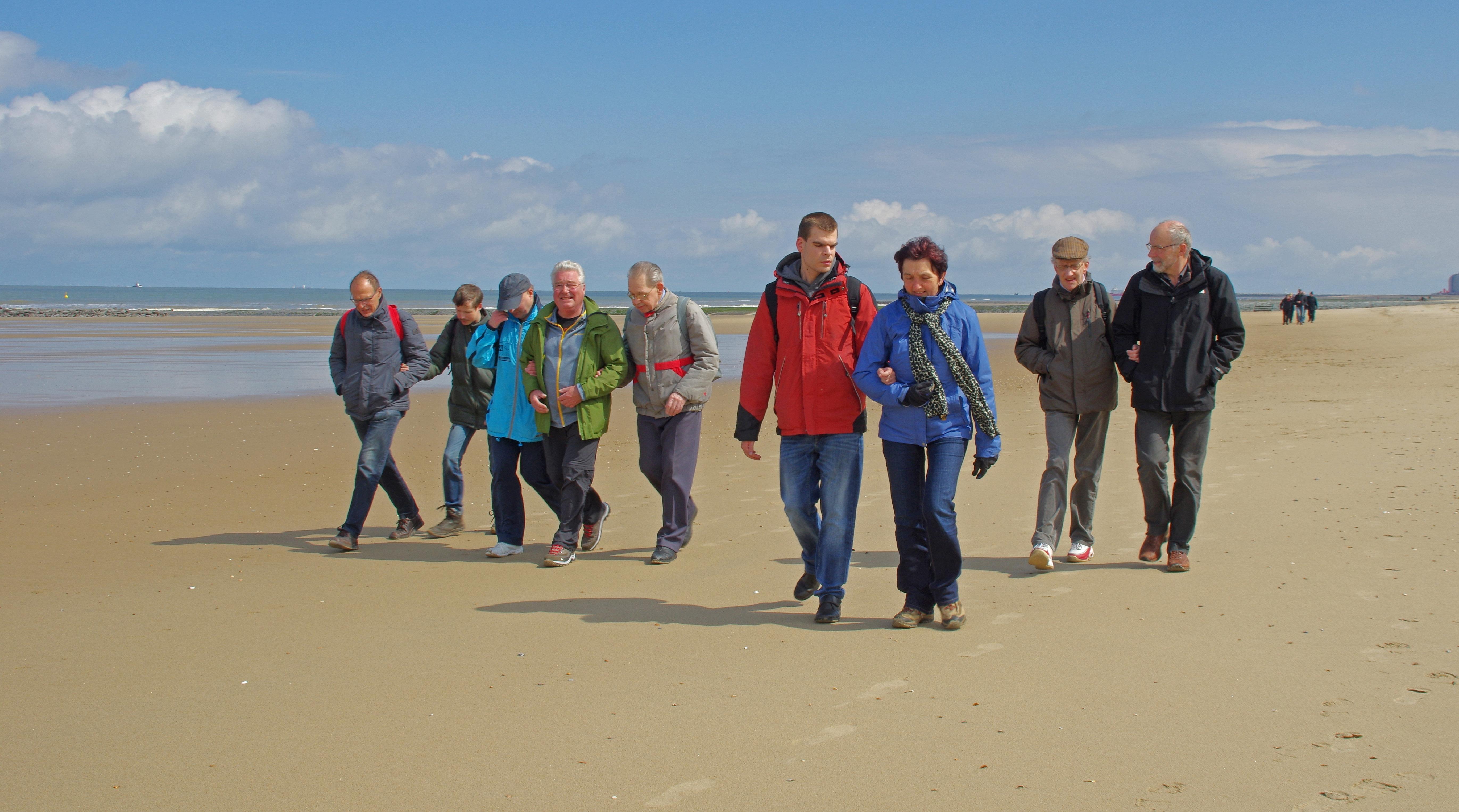 Foto van wandelaars op het strand in Oostende