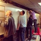 Arbetsdag på Stockholm Makerspace där en whiteboard monteras.