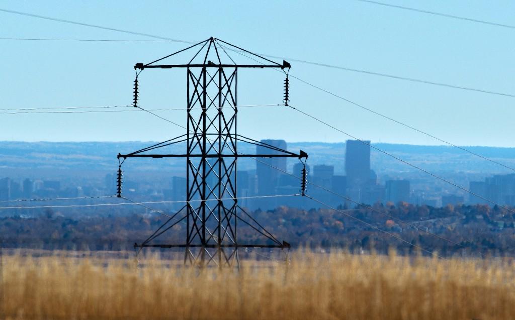 Electricity transmission lines. Courtesy: NREL