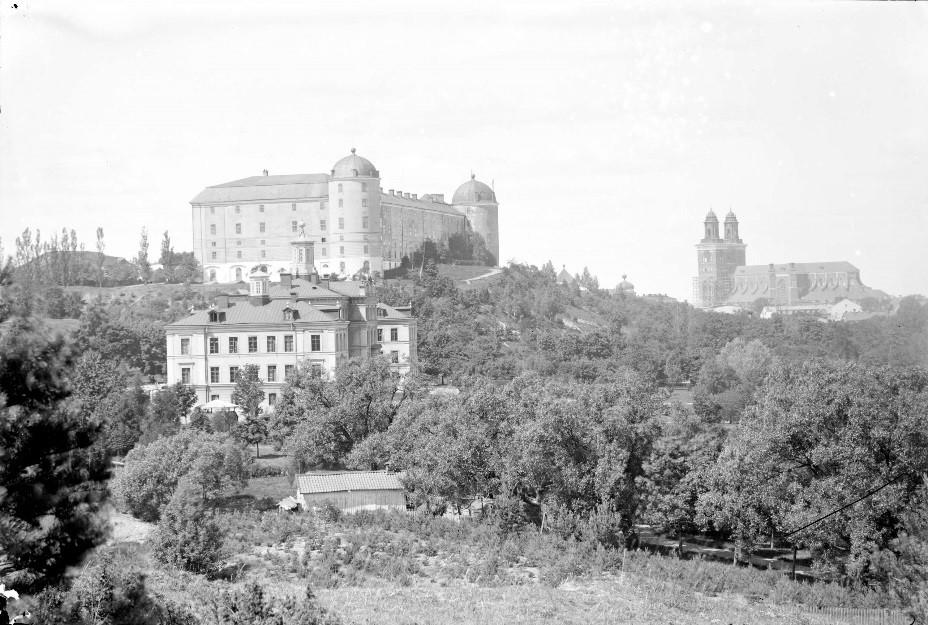 Akademiska sjukhuset, Uppsala slott och Uppsala domkyrka. Foto: Osti, Henri/Upplandsmuseet