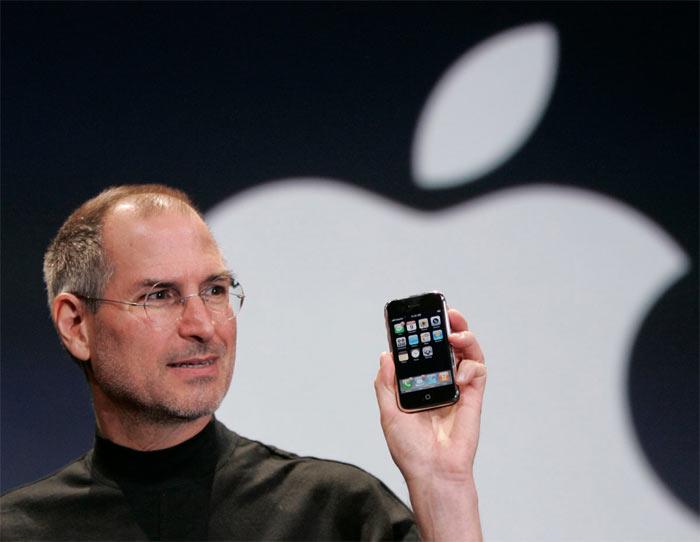 Стив Джобс показывает первый Айфон в 2007 году
