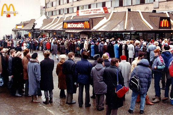 Очередь в первый Макдоналдс в СССР. 31 января 1990 г.