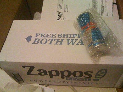 Баночка «Редбулла» в коробке с ботинками из «Заппос»