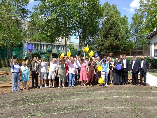 A közösségi kert leendő gondozói az ünnepélyes átadáson