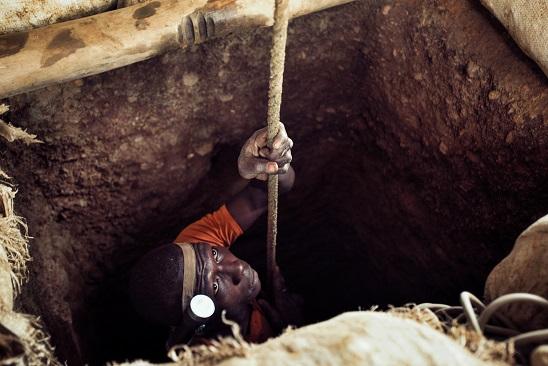Munis d'une simple corde en chanvre, les mineurs descendent dans des conduits pouvant atteindre jusqu'à 170 mètres de profondeur. © Pep Bonnet/Noor/Keystone, 2015