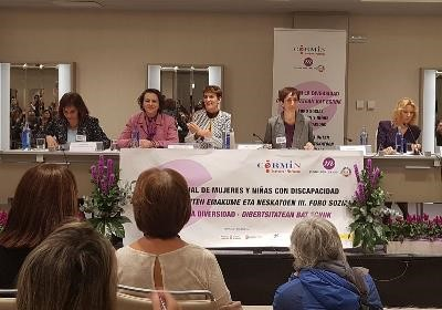 Photo CERMI Women's Foundation President, the Minister of Employment and the President of the Government of Navarra (among others) at the podium.