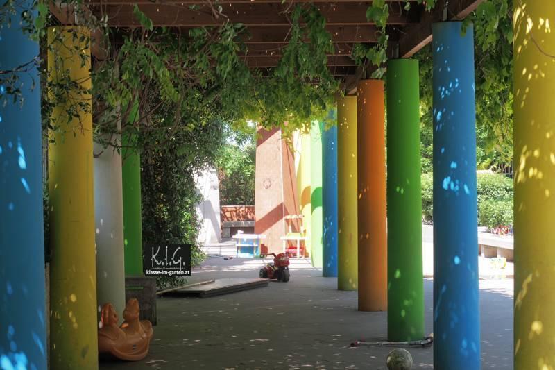 Pergola mit fröhlich-bunten Säulen im Giardino Via S. Michele