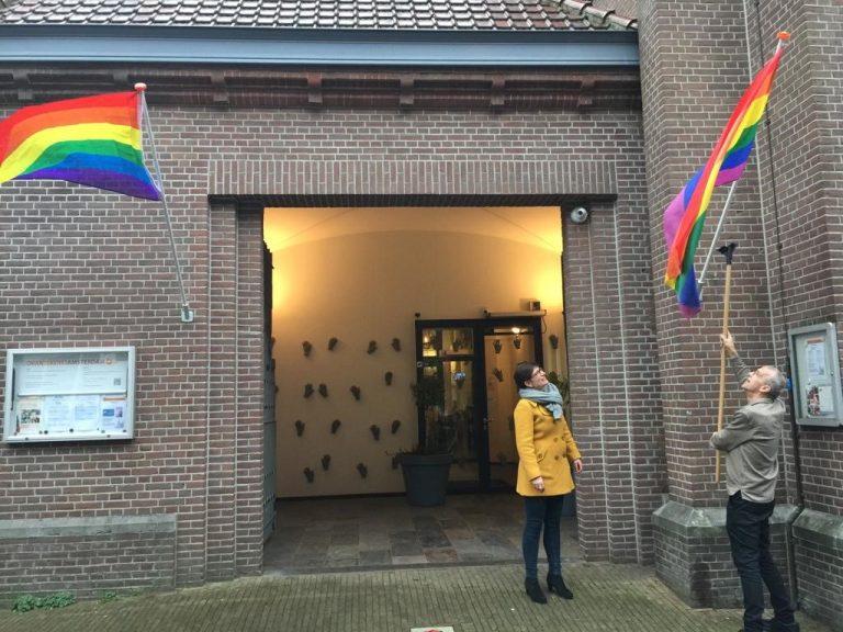 regenboogvlag gaat uitbij oranjekerk