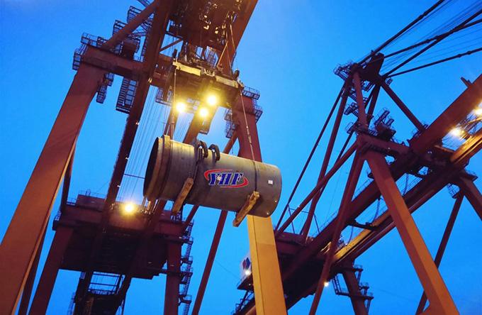 A large crane  Description automatically generated