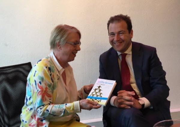 Minister Asscher en Aaltje Vincent in gesprek