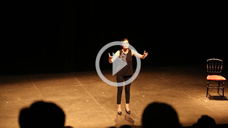 Fous-rires en conclusion de la journée avec le one-woman-show de Sandrine Sarroche