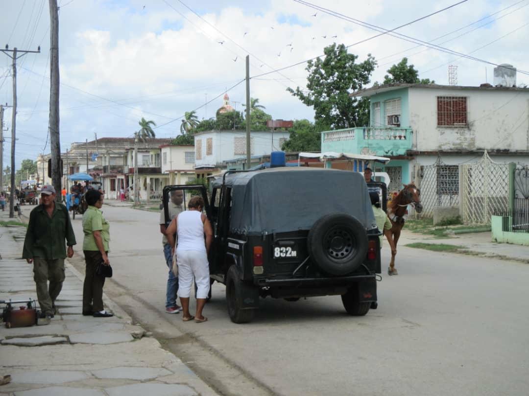 Momento en que la dama de blanco Caridad Burunate es detenida por fuerzas represivas en Colón, Matanzas, el pasado domingo 5 de agosto.