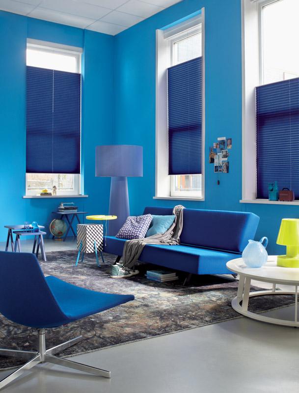 Sonnenschutz in dunklen Tönen als die Wand können ein Farbklima auflockern.