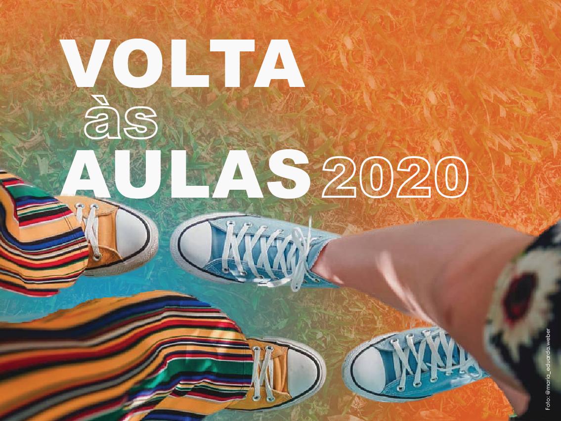 Informação textual Volta às aulas 2020 e foto de dois pares de pernas e pés, vestindo roupas e calçados coloridos