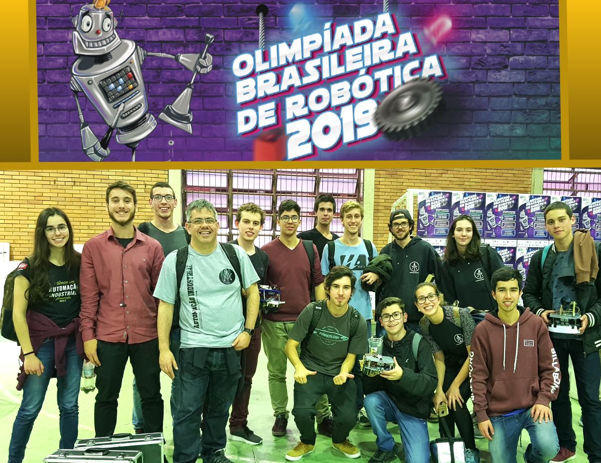 Grupo de estudantes em frente a uma faixa da Olimpíada Brasileira de Robótica 2019