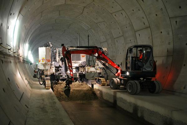 Einbau der Hydraulisch verbundenen Tragschicht im Finnetunnel (Foto: Schüßler Plan)