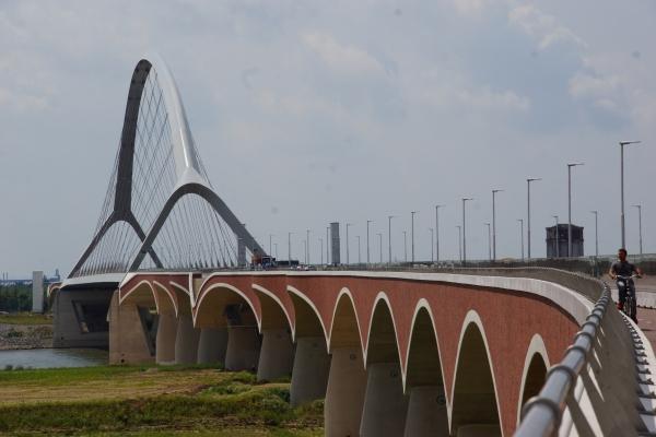 Waalbrücke De Oversteek