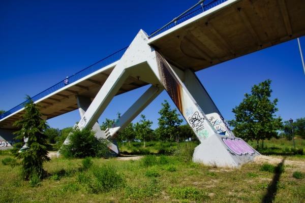 Footbridge across the R-3 in Madrid (photo: Nicolas Janberg)