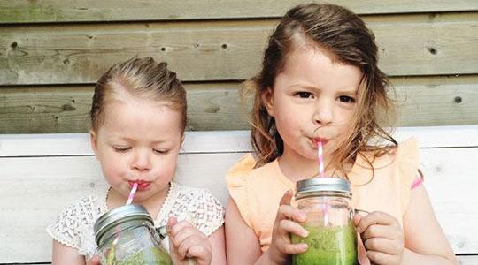 Twee kinderen drinken een gezond drankje
