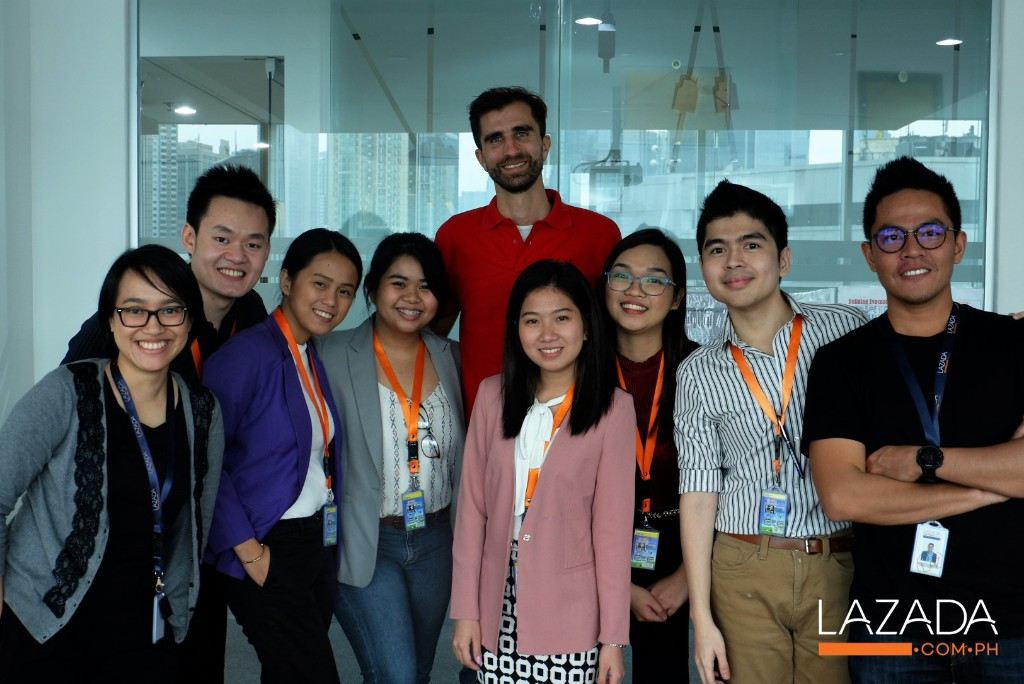 (L to R) The Laz Mark winners pose with Astrid Puspitasari (Lazada Indonesia PR Lead), Florian Holm (Lazada Indonesia Co-CEO), Jio Zorrilla (Lazada Philippines PR Lead) and Andri Parulian (Lazada Indonesia PR Manager) after an insightful ecommerce workshop in Lazada Headquarters, Indonesia.