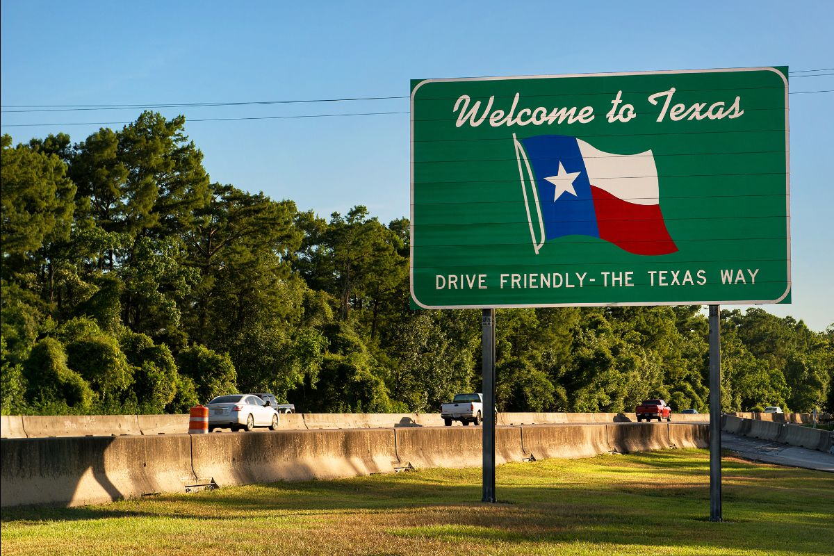 Welcome to Texas sign along highway