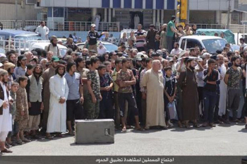 crowd watch isis execution