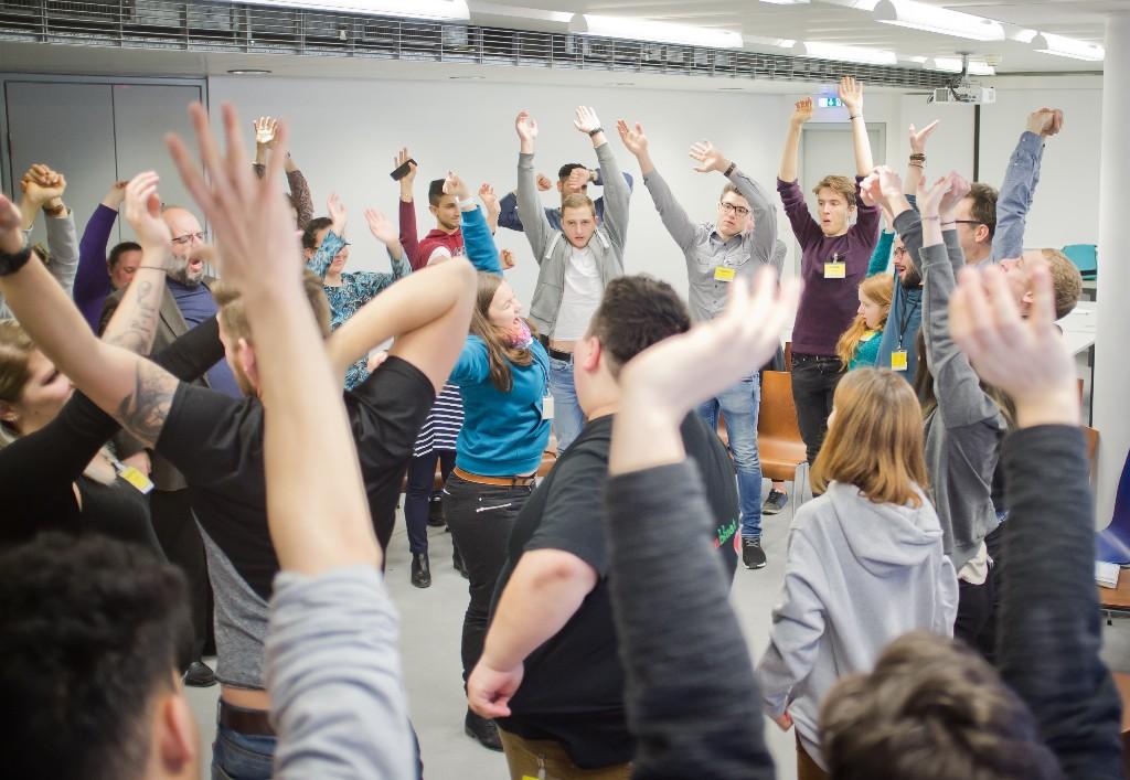 Symbolfoto: TeilnehmerInnen im Kreis stehend