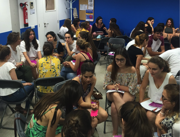 Els estudiants intercanvien opinions en petits grups