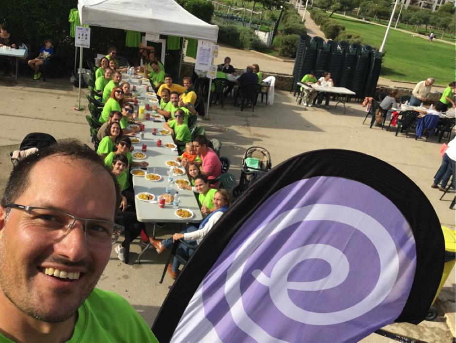 Fotografia dels voluntaris dinant després de la cursa