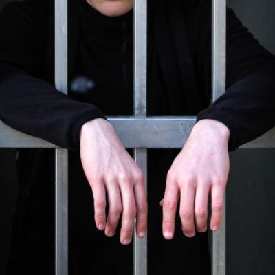 Symbolbild Mann hinter Gefängnisgittern; Bild [M]: Victor B./unsplash.com